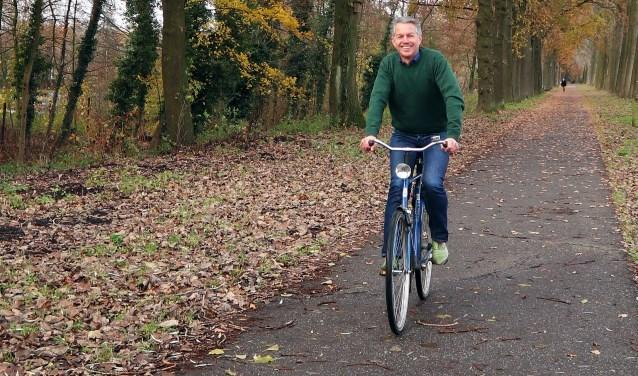 P. Skauwe (Pierre Heesakkers) op zijn blauwe fiets, die als rode draad door de columns liep   | Fotonummer: 2bc849