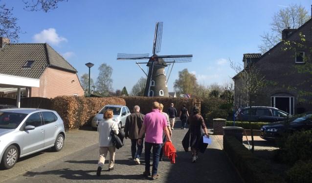 De 'Scan & Go speurtocht' in 2017 leverde veel groepjes op die al scannend hun weg door Lieshout vonden  | Fotonummer: a7f8cc