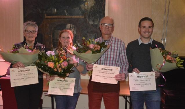 Vlnr: wandelaar van het jaar Henriëtte Kerkhof, de vrijwilligers Joke van Venrooij en Gerard Brouwers, runner van het jaar Rudy van Kempen   | Fotonummer: 034523