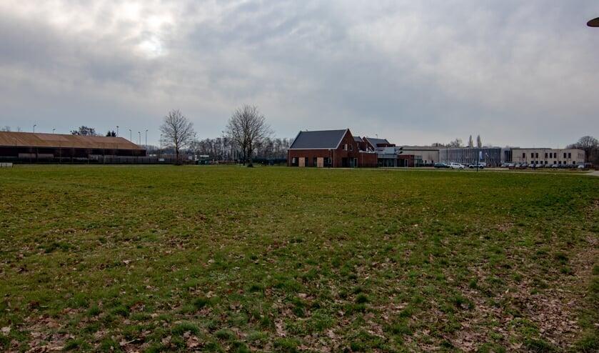 Het stuk grond naast de school wordt gebruikt voor de bouw van seniorenwoningen   | Fotonummer: 5bdf4f