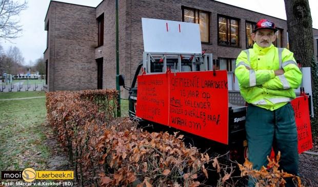 Jan Verspaget demonstreert een week lang voor het gemeentehuis van Laarbeek    Fotonummer: ed15f5