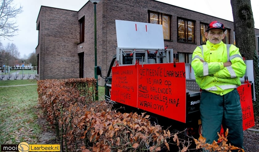 Jan Verspaget demonstreert een week lang voor het gemeentehuis van Laarbeek   | Fotonummer: ed15f5