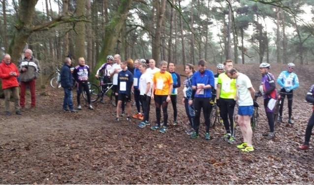 Archieffoto Koppelcross: De deelnemers maken zich klaar voor de start   | Fotonummer: 4fc809