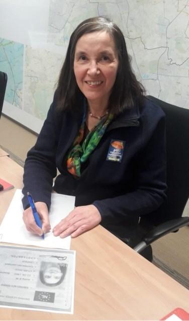 Lijsttrekker AWP niet politiek wel deskundig Anita Slaats Damen ondertekent de instemmingsverklaring voor kandidaatstelling voor het bestuur van het Waterschap Aa en Maas.  | Fotonummer: 2768b1
