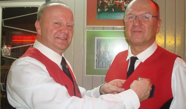 De voorzitter speldde de nieuwe gildebroeder Bart van Dinteren de zilveren speld op   | Fotonummer: 0999f6