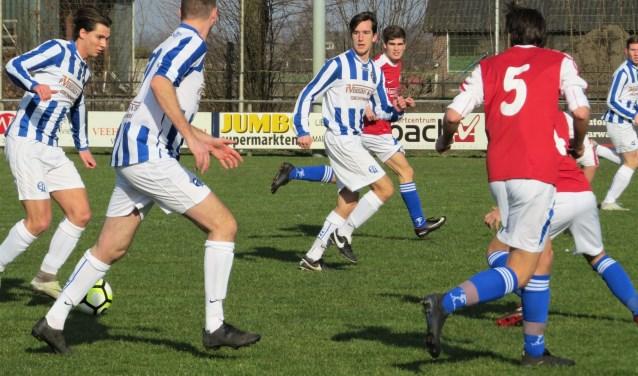 ELI in de aanval. Willem Slegers heeft de bal aan de voet. Roel Donkers (links) en Ruben van Hoof (midden) zijn alert   | Fotonummer: 8f2fca