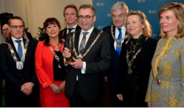 De Machiavelliprijs 2018 werd uitgereikt aan Jos Wienen, burgemeester van Haarlem. Links op de foto burgemeester Frank van der Meijden van de gemeente Laarbeek   | Fotonummer: 2928ca