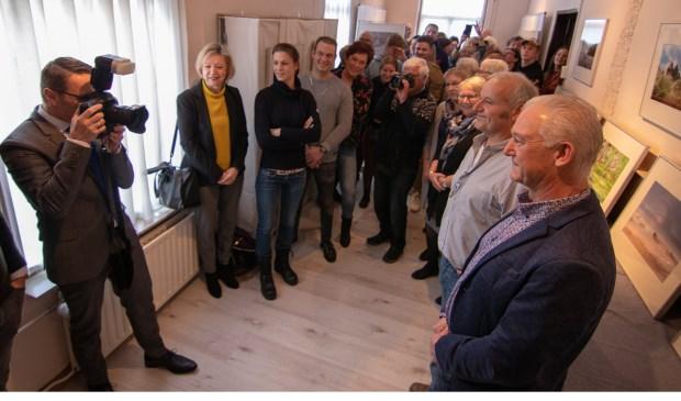 Burgemeester Frank van der Meijden (met camera) opent de foto-expositie van Marcel van de Kerkhof (Beek en Donk) en Marcel van de Kerkhof (Aarle-Rixtel)  | Fotonummer: c799a8
