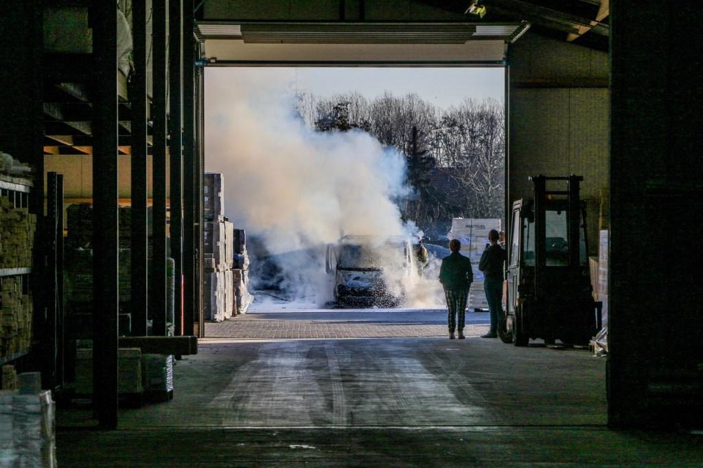 De bus van een Aarles hoveniersbedrijf brandde maandagmorgen volledig uit   | Fotonummer: 52eda5