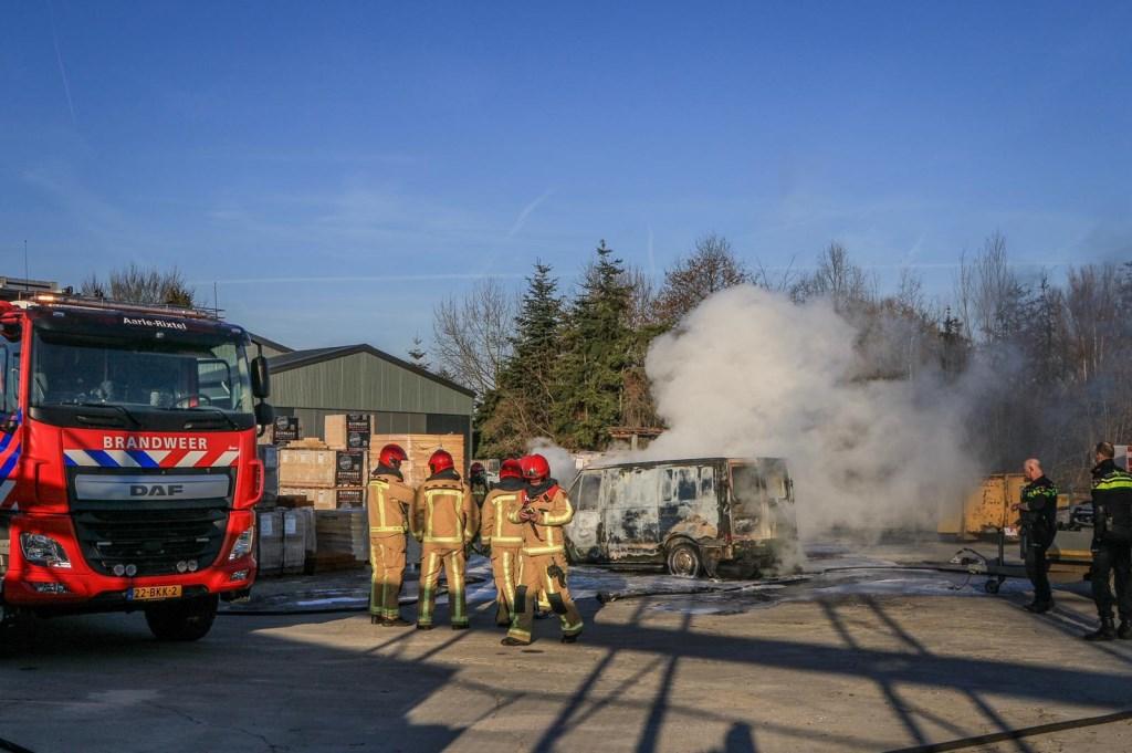 De bus van een Aarles hoveniersbedrijf brandde maandagmorgen volledig uit  Foto: 112nieuwsonline.nl  © deMooiLaarbeekkrant