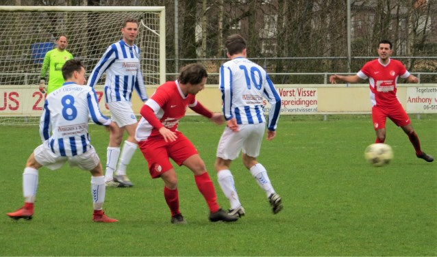 Een speler van RKPVV tussen Niels den Bol (8) en Ruben van Hoof in. Roel Donkers kijkt toe   | Fotonummer: 3959f3