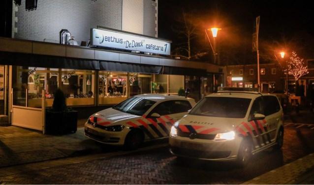 Politie aanwezig voor onderzoek na de overval (19 december 2018) op cafetaria De Donck  | Fotonummer: 466a7b