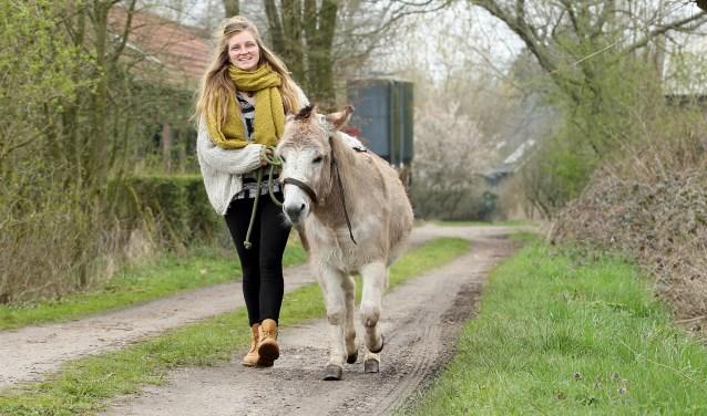 Carmen Coolen met haar ezel 'Prairie'  | Fotonummer: d49f51