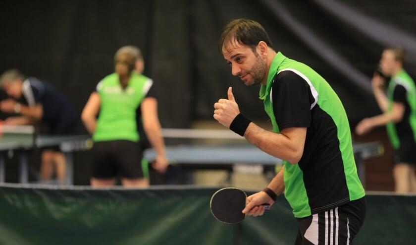 De duim omhoog bij Tarek Abusdadao, speler van team 7   | Fotonummer: ec235f