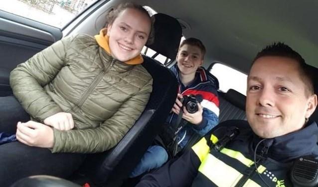 Vlnr: Meike Daniëls en Stijn Geene (MooiLaarbeekTeenz). Rechts politieagent Niels Kanters  | Fotonummer: e06815