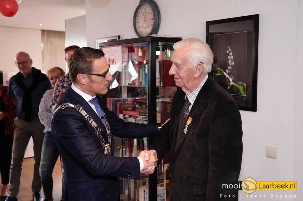Jos Maas wordt gefeliciteerd door burgemeester Van der Meijden Foto: Joost Duppen © deMooiLaarbeekkrant