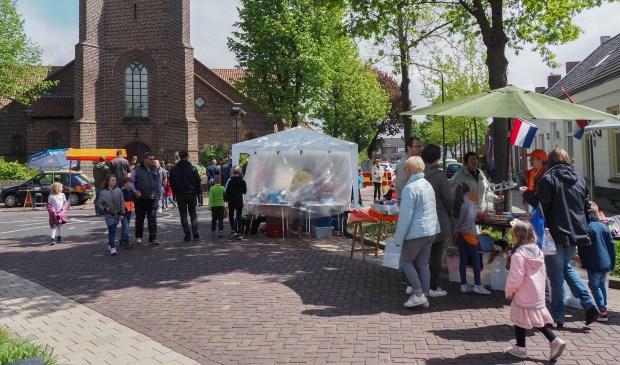 Een deel van de vrijmarkt, richting de Kerkstraat in Beek en Donk     Fotonummer: 917485