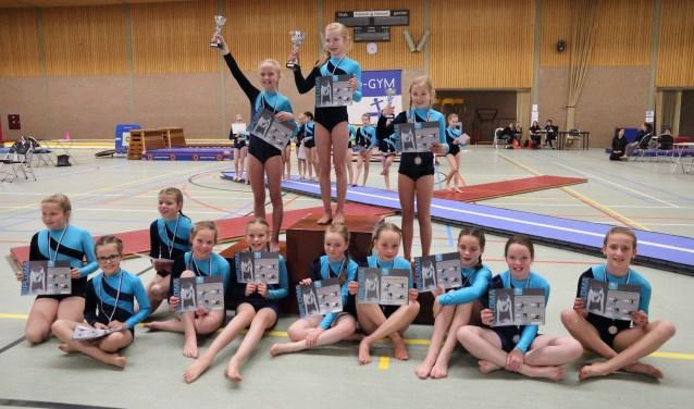 De groep 'meiden 6' met op het podium (vlnr) Linde, Sarah en Valerie   | Fotonummer: 33eb61