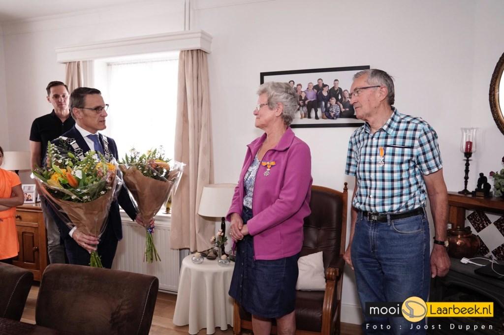 Jo Keursten-van den Akker en haar man Peter Keursten werden door burgemeester Frank van der Meijden allebei verrast met een Koninklijke Onderscheiding Foto: Joost Duppen © deMooiLaarbeekkrant