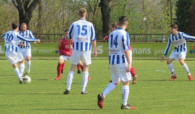 Ruben van Hoof speelt de bal naar Geert Minten. Randy van de Groef (14), Stijn Donkers (15) en Niels den Bol (rechts) kijken toe  | Fotonummer: 8c838c