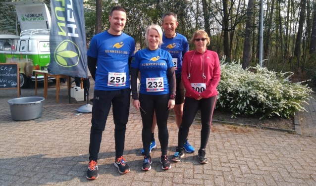 Vlnr:  Rudy van Kempen, Karin Bekkers, Hans Roestenburg en Heidy Meeuws  | Fotonummer: 98ec57