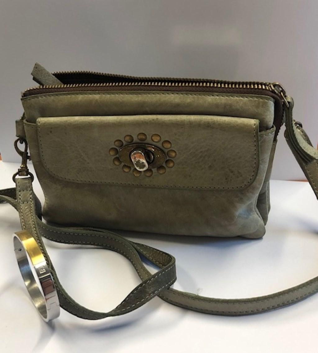 Tas van Bear Bags met daarin een zilverkleurig/gouden armband (zie linksonder)  © deMooiLaarbeekkrant