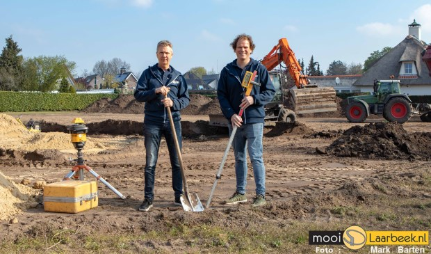 Theo Kemps (l) en Robin Rijf bij de nieuwe locatie op de splitsing Duivenakker/Helmondseweg in Aarle-Rixtel   | Fotonummer: c3fbd4