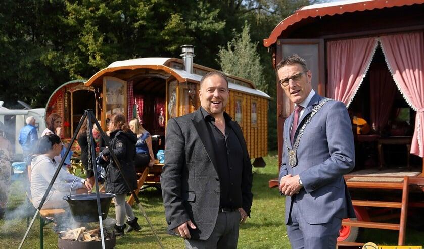 Koekie Wagner, woordvoerder namens de Sinti (l) en burgemeester Frank van der Meijden op het Sinti-festival Latcho Diewes in 2017   | Fotonummer: 8572c6