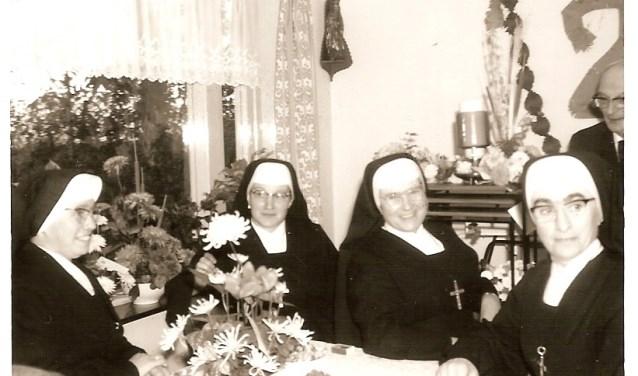 De zusters bij het 25-jarig huwelijk van meester Lukassen   | Fotonummer: 1ba838