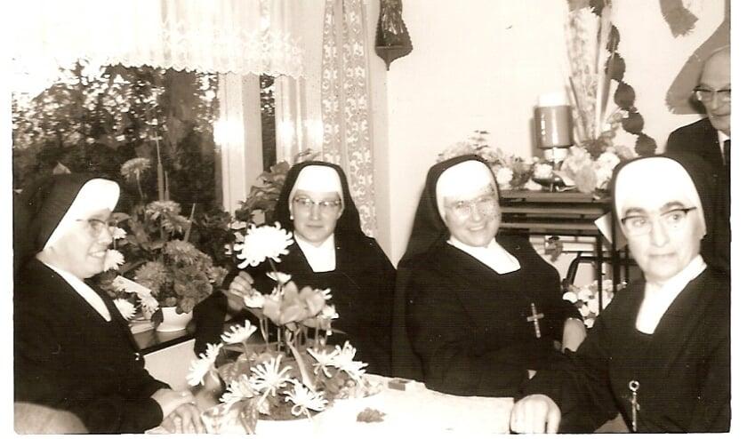De zusters bij het 25-jarig huwelijk van meester Lukassen     Fotonummer: 1ba838