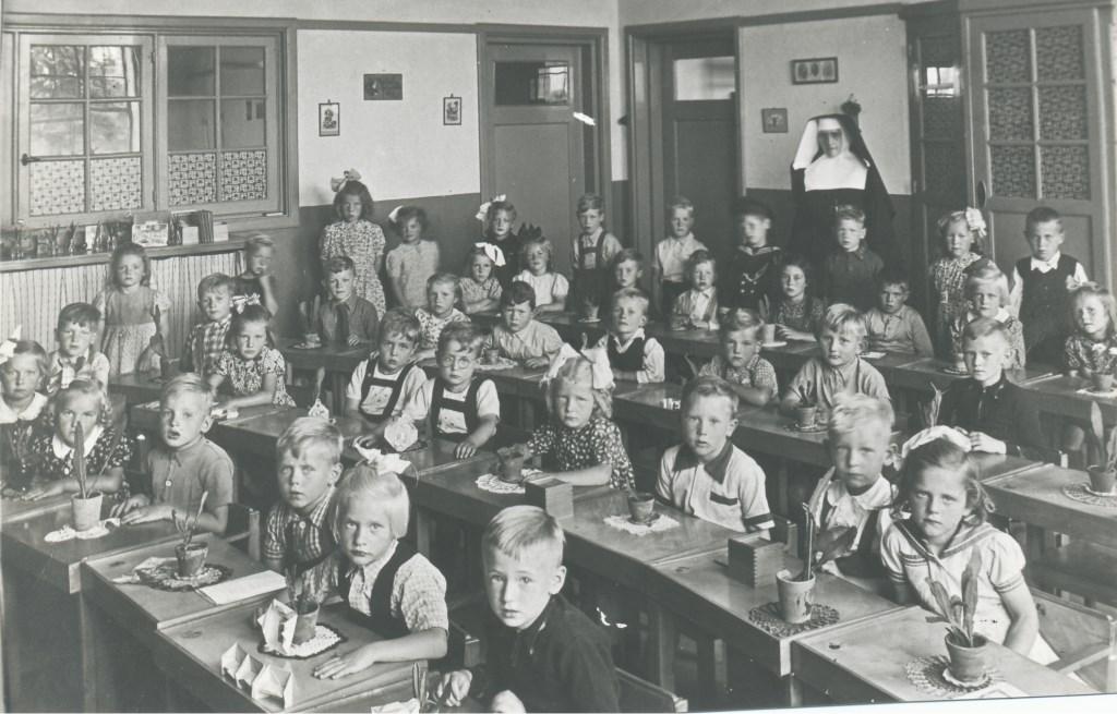 Zr. Eleutheria op de Mariahoutse kleuterschool in 1949  © deMooiLaarbeekkrant