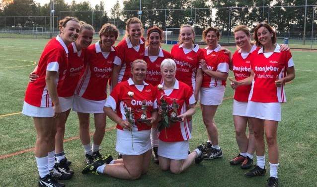 In het midden Sandra v.d. Wijdeven en Anja v.d. Vegt. Eromheen de speelsters van het midweek team     Fotonummer: 574e89