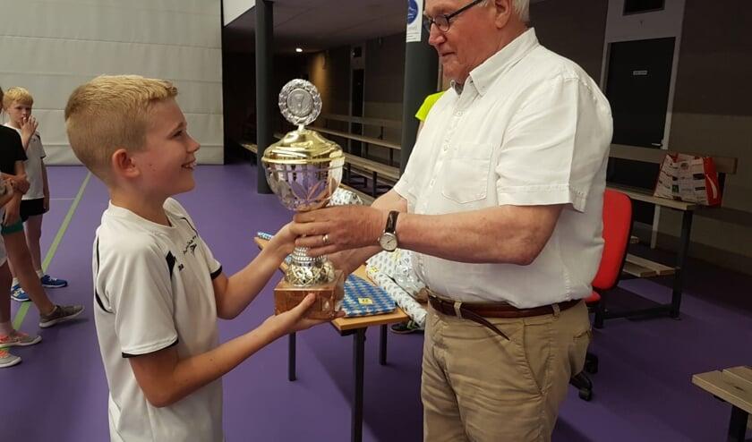 Ties Kester (l) krijgt de 'Leo Bosch trofee' persoonlijk uitgereikt door Leo Bosch   | Fotonummer: a2fc0e