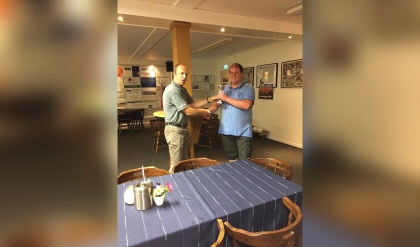 Martijn v.d. Heijden neemt de trofee in ontvangst   | Fotonummer: dfb932