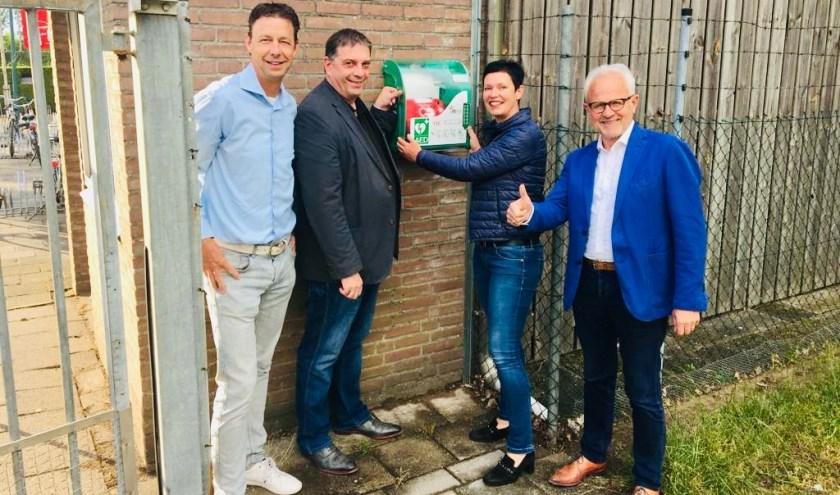 Vlnr: Jeroen de Louw (voorzitter VV Mariahout), Dries Klösters (voorzitter Ondernemersfonds), Monika Slaets (wethouder gem. Laarbeek) en Jan de Wit (voorzitter Stichting AED Alert Laarbeek)     Fotonummer: ecc559