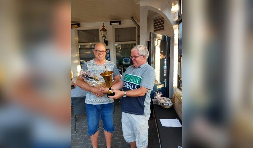Kampioen Jan de Jong (l) en voorzitter Peter Vogels (r)   | Fotonummer: fcd0e1