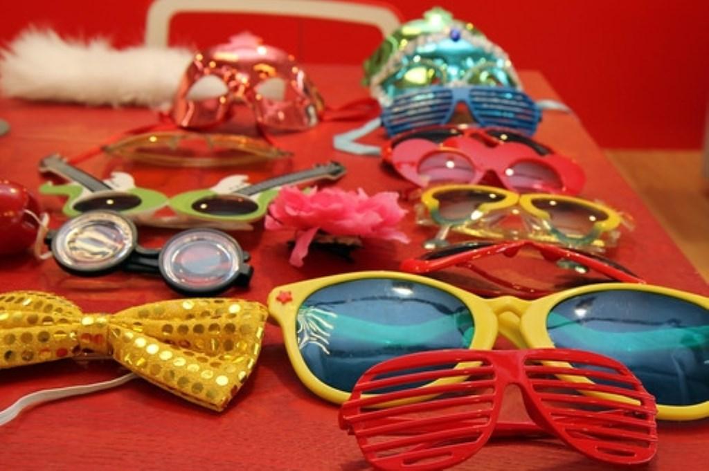 Heb je accessoires klaar liggen voor diegenen die hun kostuum vergeten Foto: gabia party, Att. CC BY 2.0 © deMooiLaarbeekkrant