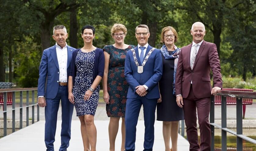 Het college gaat verder zonder Ria van der Zanden (tweede van rechts)   | Fotonummer: e2cf7e