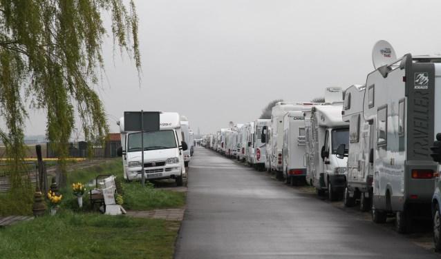 De geparkeerde campers aan de Leidse Vaart. | Foto: archief