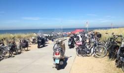 Tijdens warme zomerdagen blijft het parkeren van fietsers en scooters een probleem.