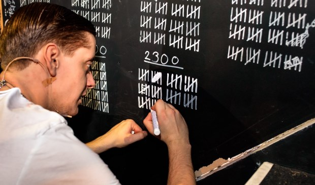 Acteur Jasper van Hofwegen zet het 2.250ste streepje na afloop van de voorstelling.