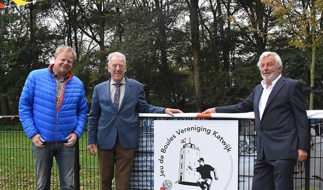 Ton Diepenhorst en Ton de Waal onthulden samen het verenigingslogo. | Foto: Piet van Kampen