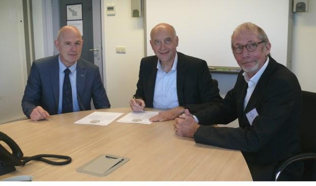 Het convenant wordt ondertekend door Rinco Knoop (directeur MareGroep), Arno van Kempen ( Algemeen Bestuursvoorzitter) en André Visser van het Keurmerk Sociale Onderneming. | Foto: pr.