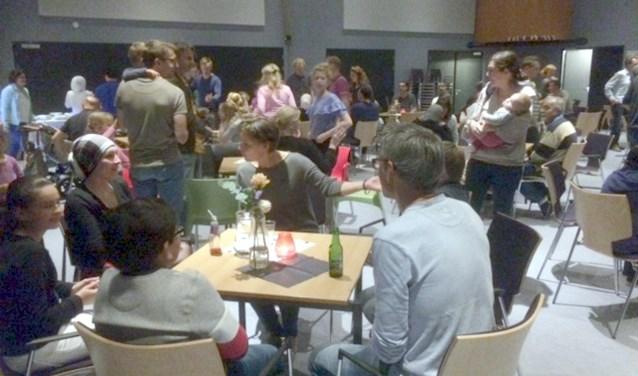 Samen eten is samen optrekken. Als vanzelf ontstond er een gemixt gezelschap.  | Foto: PR