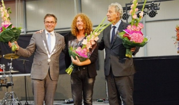 Jos Wienen, Zandtovenaar Gert van der Vijver en Eberhard van der Laan bij de opening van de Flower Parade in 2014. | Foto: Treffend Beeld