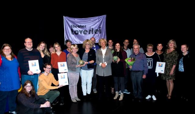 Alle prijswinnaars samen met burgemeester Driessen, die de publiekprijzen uitreikte, de juryleden en organisatoren van het Toverbal Festival. De winnaressen van de hoofdprijzen staan links en recht van Driessen met hun Toverbaltrofeeën.
