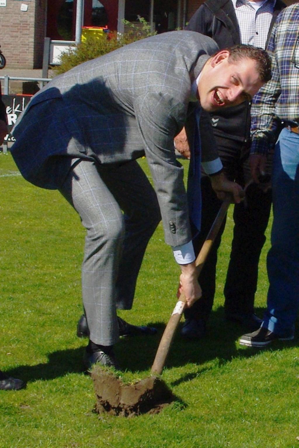 Marien den Boer steekt de schop in de grond ter voorbereiding van het kunstgrasveld voor VV Oegstgeest in 2016.   Archieffoto Willemien Timmers  © uitgeverij Verhagen