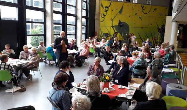 Wethouder Arno van Kempen in gesprek met de bezoekers van de Dag van de Mantelzorg in 2016. | Foto: archief