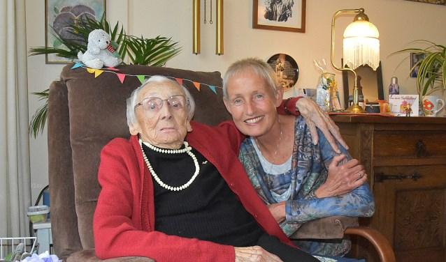 De 100-jarige Tina van der Lee samen met haar nicht Karin. | Foto: Piet van Kampen