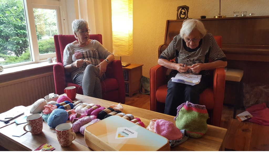 Vrijwilligers breien, haken of naaien borstprotheses en heart pillows voor vrouwen die borstkanker hebben (gehad). Foto: pr © uitgeverij Verhagen